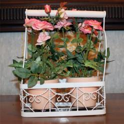 Искуственые розы в двух горшках