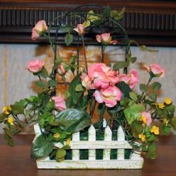 Искуственные розы в заборе
