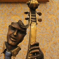 Скрипач со скрипкой