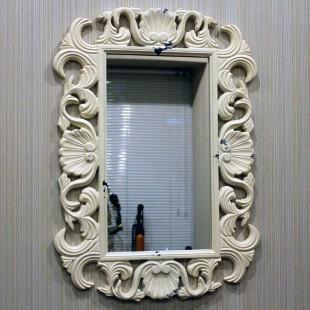 Белое классическое зеркало с узорами